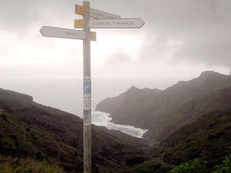 Wegweiser oberhalb mit Blick auf den Strand